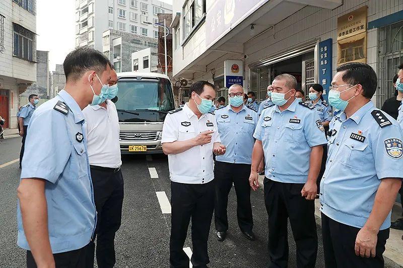 黄建平率队到信宜检查督导国庆假期安保工作并慰问一线民警