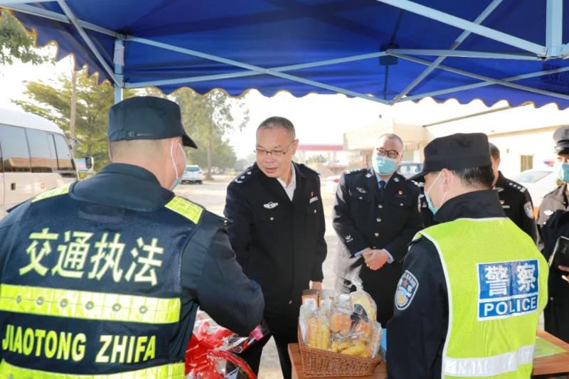 元旦:黄果深入基层一线检查安保工作并慰问值勤民警辅警